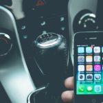 telefon komórkowy w samochodzie